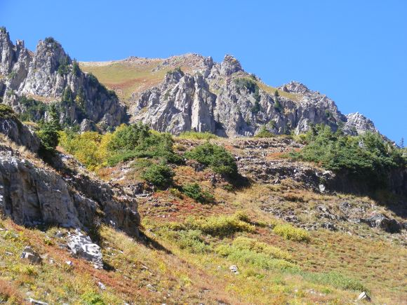 Rocky crags above Baxter Basin on a perfectly blue sky day in the midst of the waning days of Summer