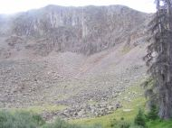 A cliff of basalt or rhyolite, near the top of the Camp Trail No. 476